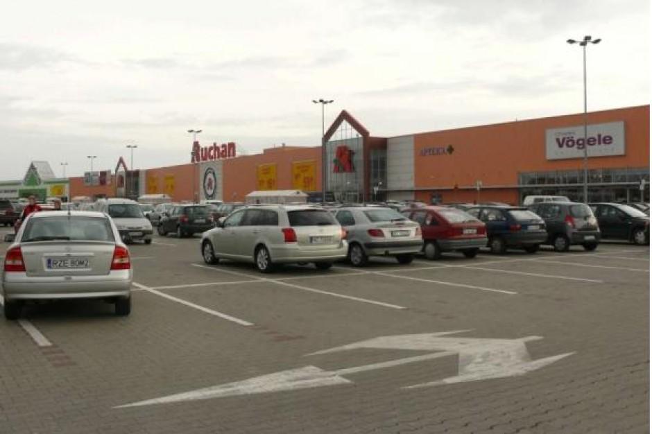 Kari wchodzi do CH Auchan w Krasnem