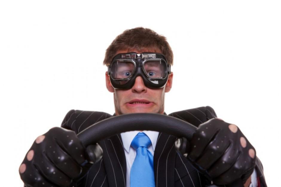 Szalony wyczyn kierowcy przy centrum handlowym