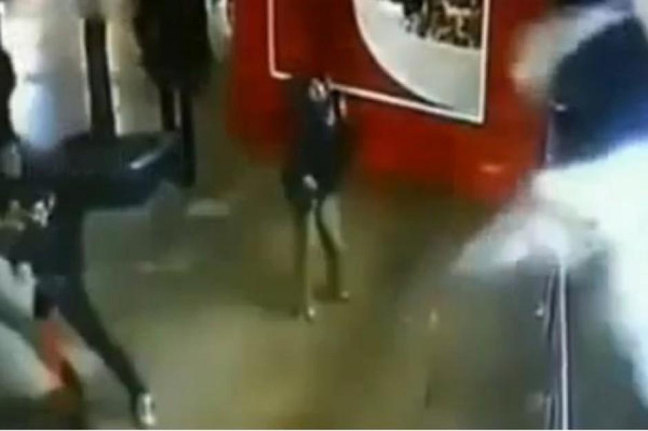 Poważny wypadek w chińskim centrum handlowym. Pękło akwarium z rekinami