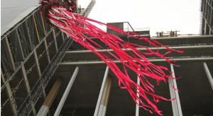 Wiecha zawisła na warszawskim biurowcu Eurocentrum