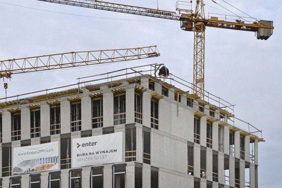Biurowiec Enter w Gdyni już z wiechą