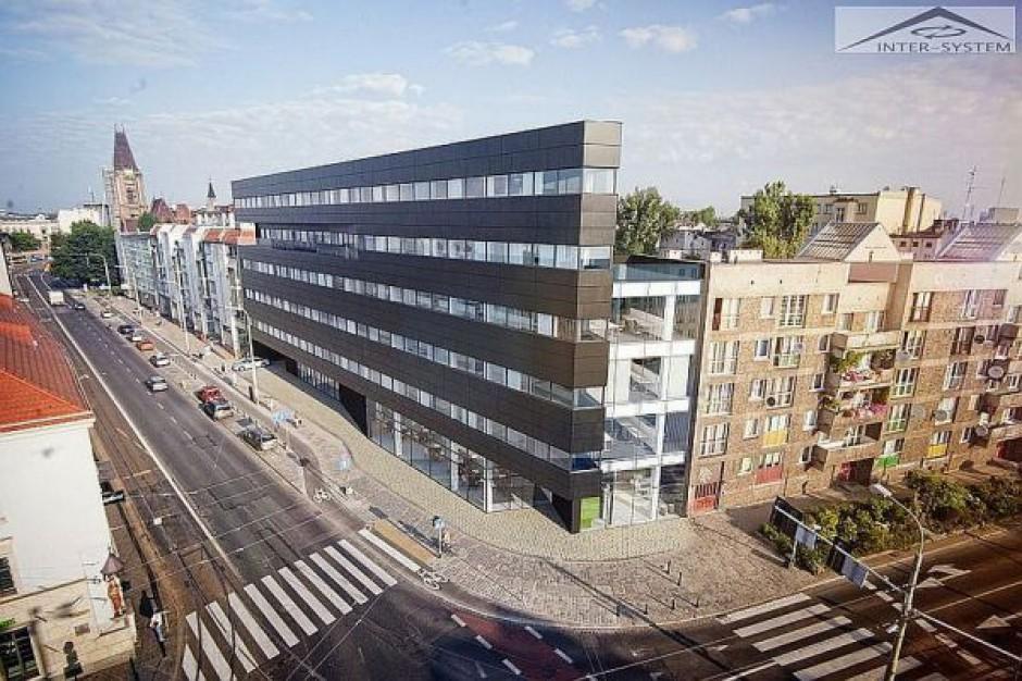 Dwubryłowy biurowiec rośnie we Wrocławiu