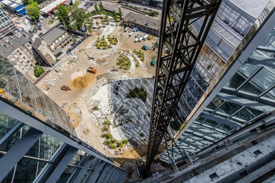 Plac Europejski przed Warsaw Spire nabiera kształtów