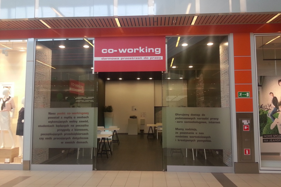 Biuro co-workingowe w centrum handlowym