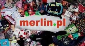 Merlin podnosi się z kolan