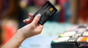 Polacy coraz chętniej wybierają transakcje kartami płatniczymi