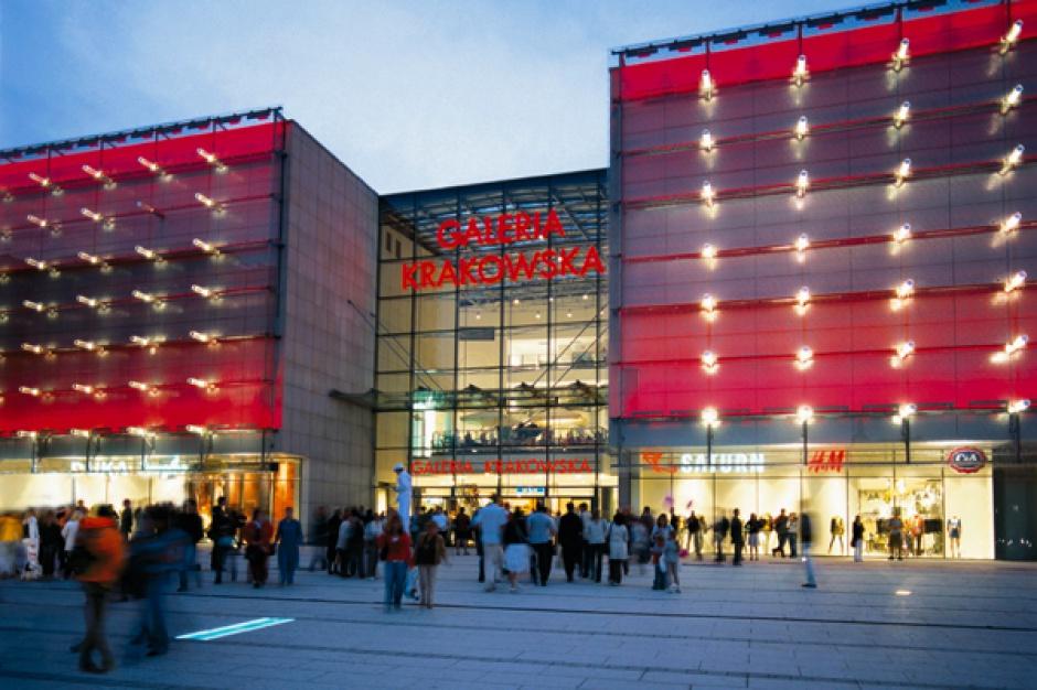 Tłumy w Galerii Krakowskiej. Sklepy świecą jednak pustkami