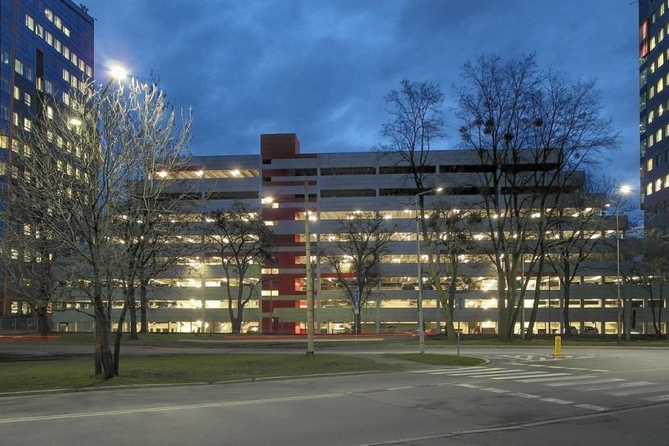 Millennium Towers z parkingiem wielopoziomowym i nowymi najemcami