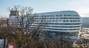 OVO Wrocław: modrzew syberyjski na tarasach i pierwsze meble