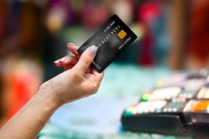 Nowa fundacja chce przekonać sklepy do płatności bezgotówkowych. Brak opłat na zachętę