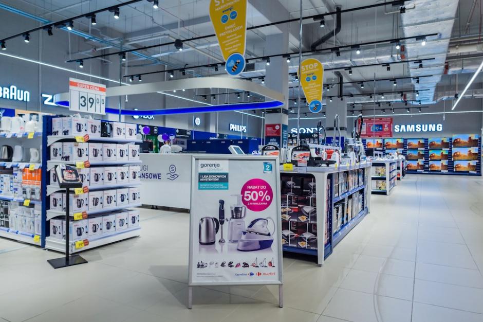 Carrefour otwiera i modernizuje