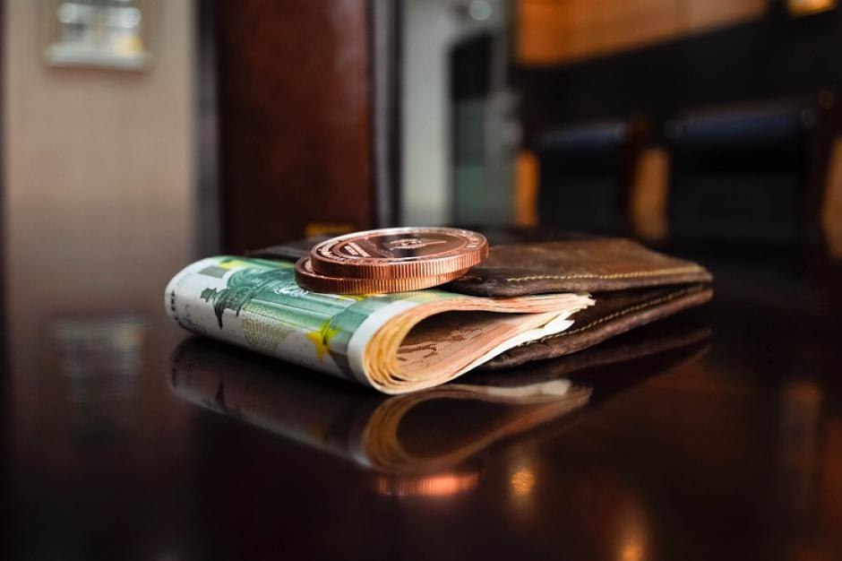 Polacy oszczędzają na luksusie