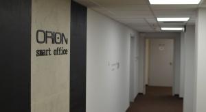 Małe biuro w wielkim biurowcu
