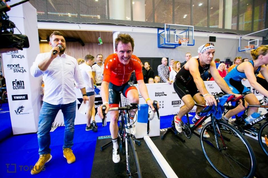 Rozegrano zawody triathlonowe... w biurowcu