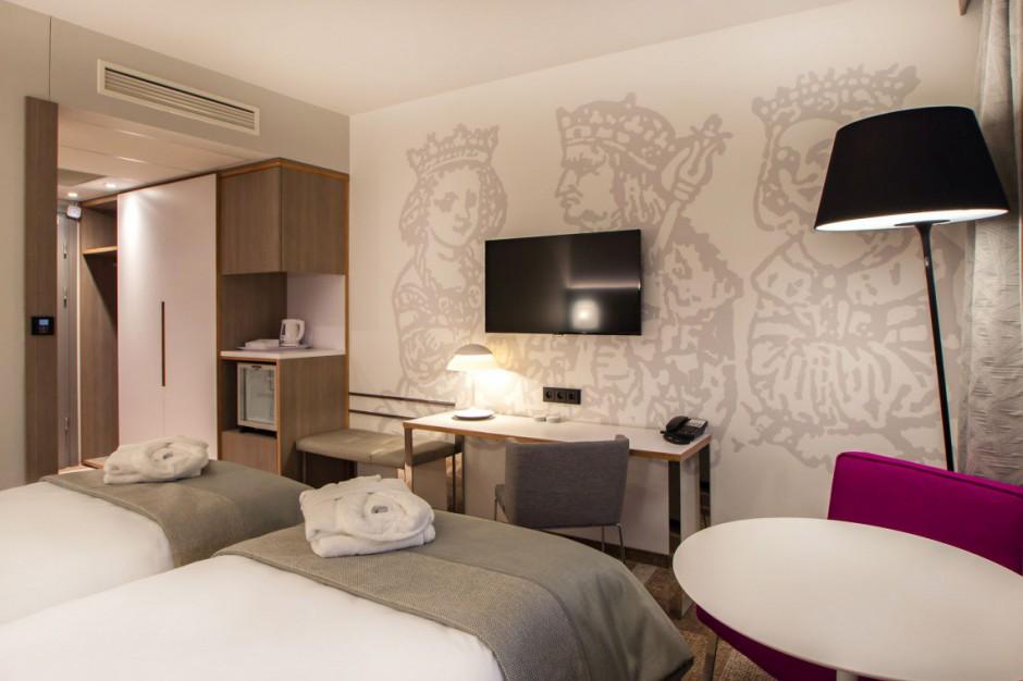 Krakowski hotel w zielonym blasku