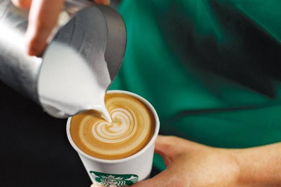 Sieciowa kawa już nie na topie? Akcje Starbucksa mocno spadały