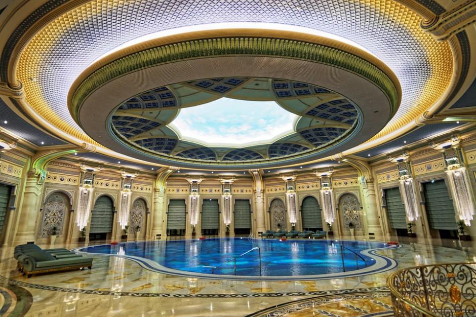 Luksusowy hotel przestaje być więzieniem