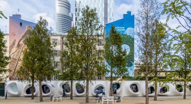 Chwyt-za-chwyt. Prace Oli Munzar na placu Europejskim