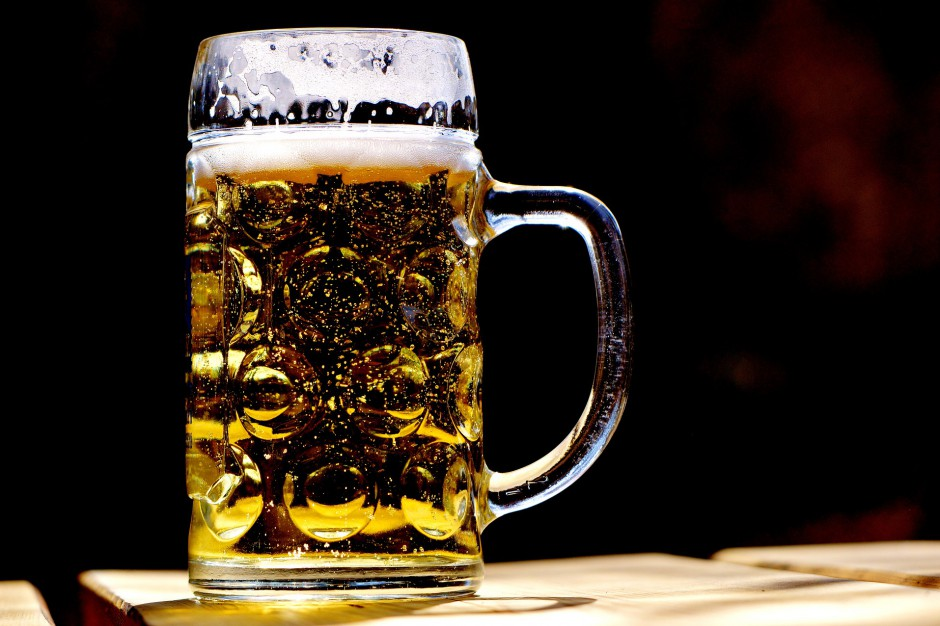 Wielka Brytania wprowadza nietypowe obostrzenia. Do zamówienia piwa w pubie nie wystarczy płatność