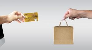 Ubrania i dodatki na topie sprzedaży w e-sklepach. Co jeszcze kupujemy w sieci?