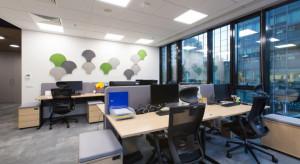 Mix zieleni, drewnianych detali i industrialu. Zobacz biuro firmy z branży FMCG