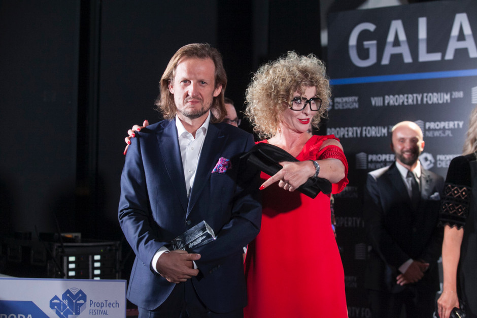 Tomasz Gwiazda, CFO HBO Polska, który odebrał statuetkę wspólnie z Katarzyną Jasińską, dyrektor zarządzającą Bene Warszawa.
