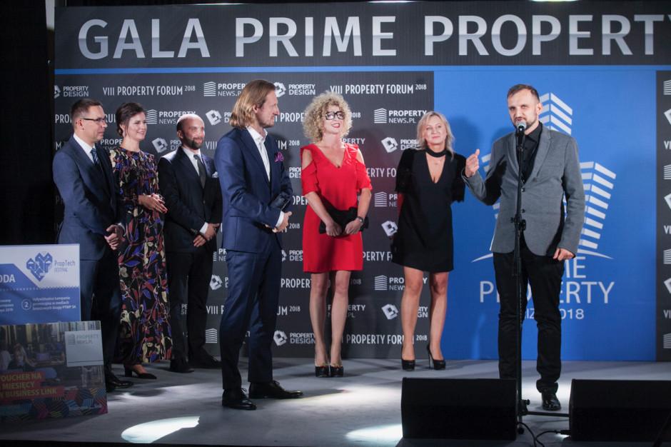 Tomasz Gwiazda, CFO HBO Polska, który odebrał statuetkę wspólnie z Katarzyną Jasińską, dyrektor zarządzającą Bene Warszawa, Agnieszką Chołuj, CEO Spaceplan Sp. z o.o. oraz Dominikiem Dzierzbińskim, współwłaścicielem i założycielem studia The Design.