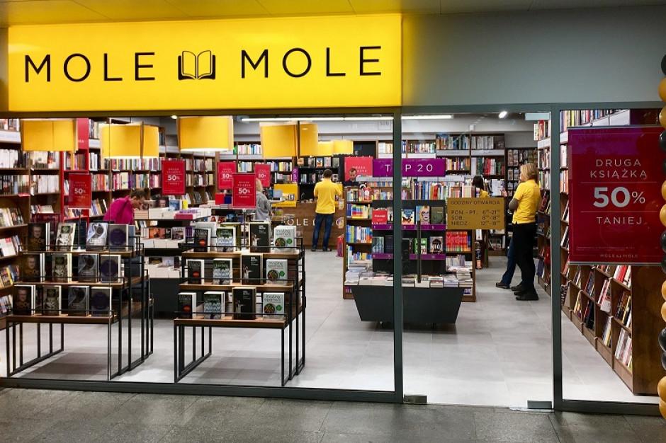 Z książką do pociągu. Mole Mole otwiera kolejne salony