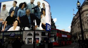Przed brytyjskimi sklepami odzieżowymi ustawiają się gigantyczne kolejki