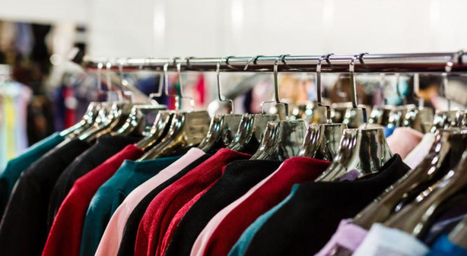 3 na 4 kupujących ubrania online odbiera towar w sklepie