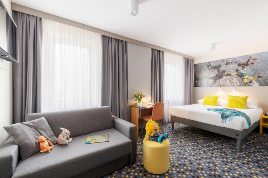 Lokalizacja zobowiązuje. Hotel ibis Styles Warszawa West inspirowany skydivingiem