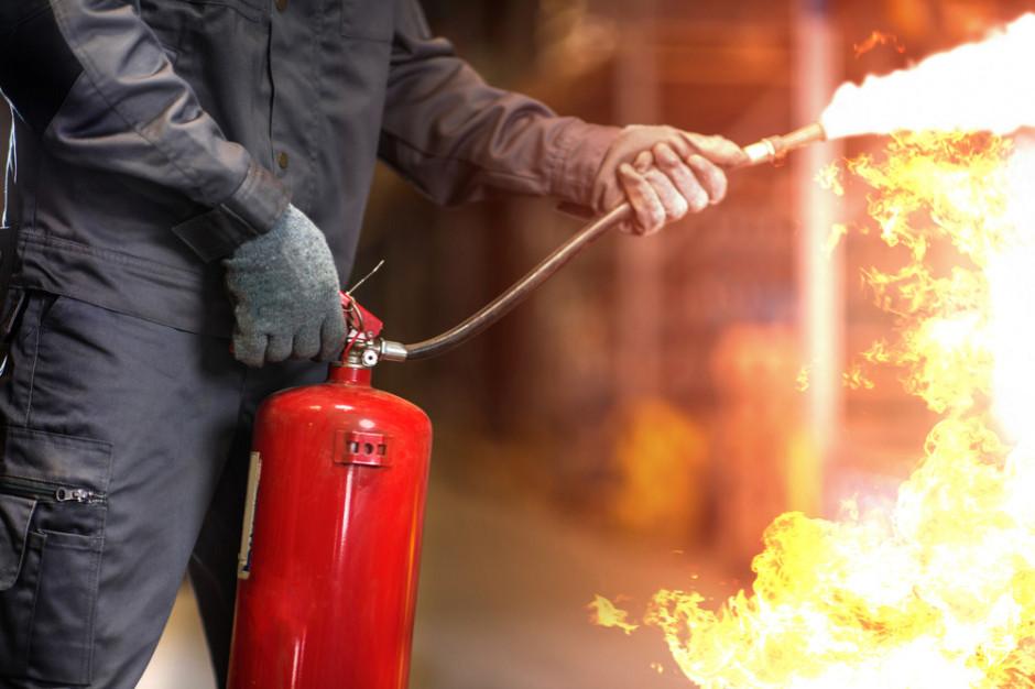 17 zastępów strażaków gasi pożar hali magazynowej pod Mińskiem Mazowieckim