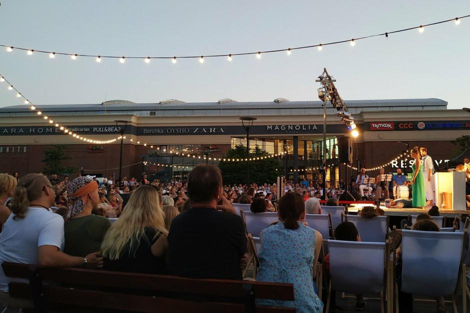 Teatr na leżakach przed Magnolią Park