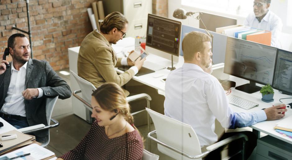 Prawie połowa pracowników boi się, czy utrzyma pracę, 34 proc. szuka nowej