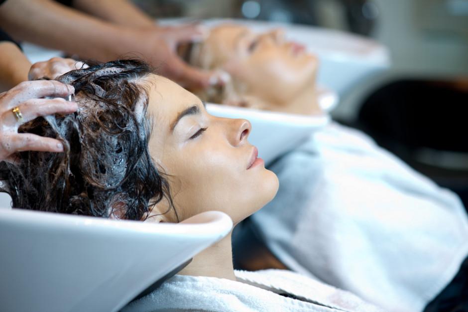 """Salony fryzjerskie i kosmetyczne wchodzą w lockdown. """"Przyjmujemy decyzję rządu z powagą"""""""