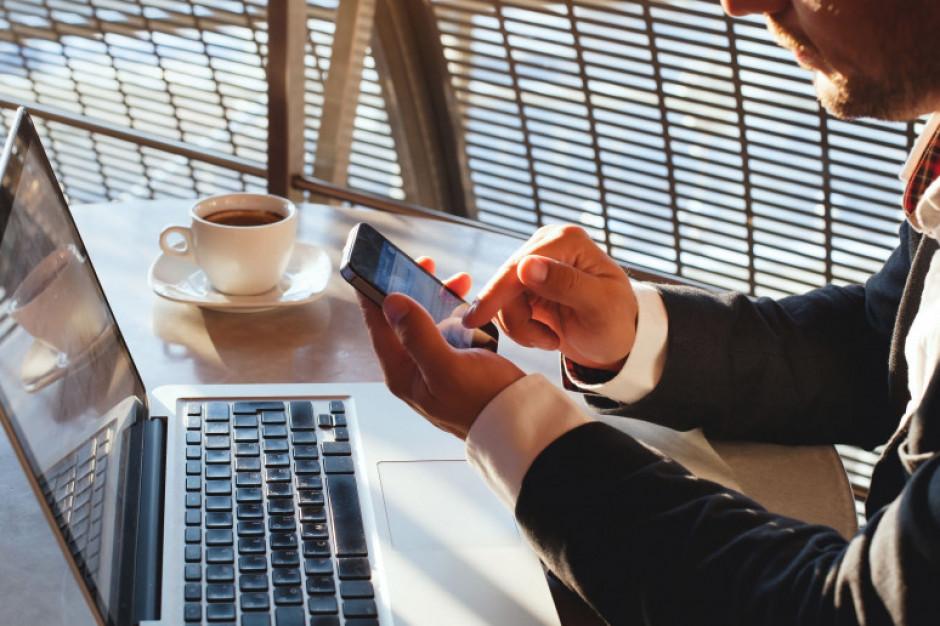 Firmy przechodzą na umowy online