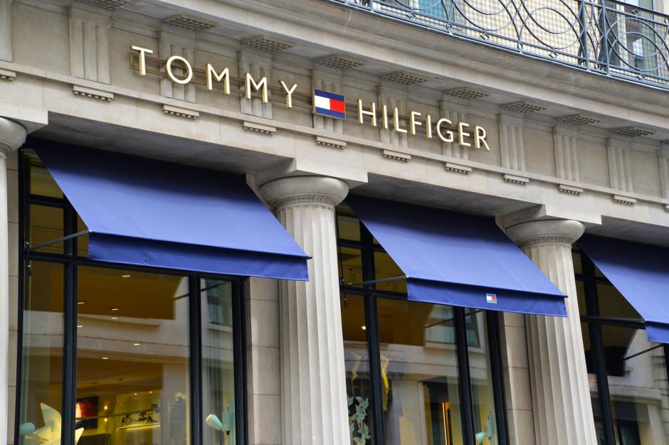 Właściciel marki Tommy Hilfiger podsumował kwartał. Przychody poszły w dół o 43 proc.