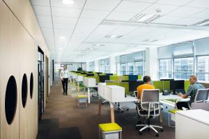 Szklane biurowce nie opustoszeją, bo 70 proc. pracowników chce powrotu do pracy w biurze