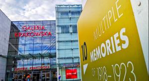 Międzynarodowa wystawa plenerowa przed Galerią Krakowską