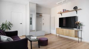 Małe mieszkanie kupione z myślą o wynajmie. Tak urządzono wnętrza