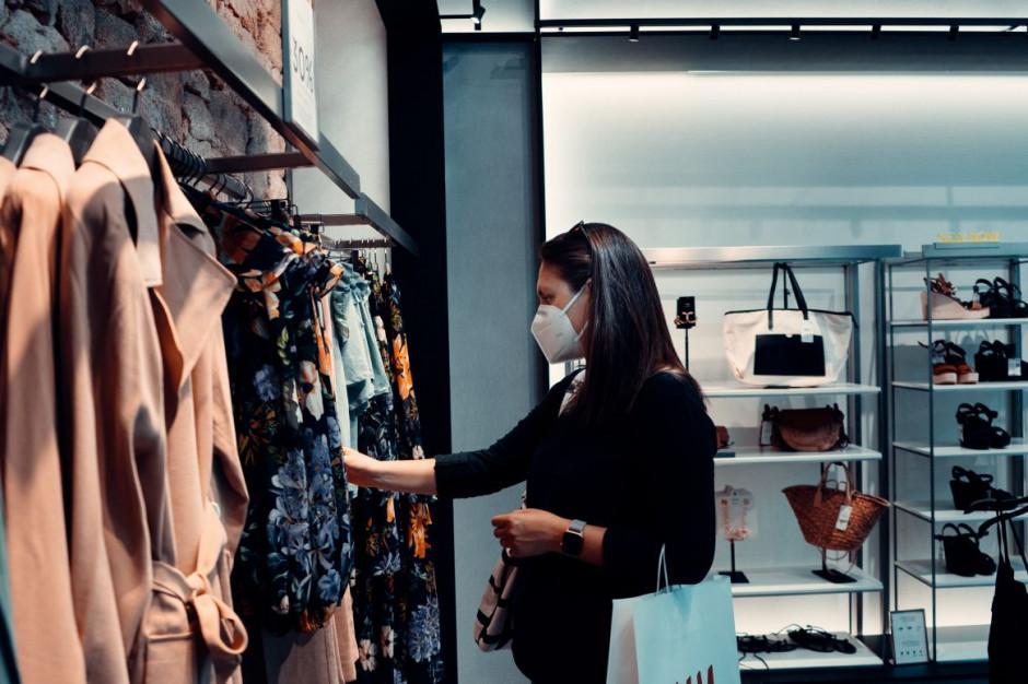 Wymagający i niecierpliwi - takimi klientami staliśmy się w pandemii. Co mają zrobić sklepy? Pytamy ekspertów