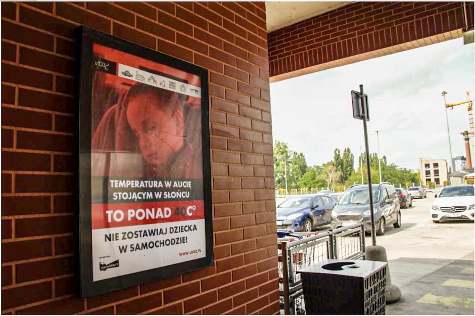Plakaty, przygotowane przez Urząd Miasta Łodzi zawisły przy windach prowadzących do budynku galerii handlowej z wielopoziomowego parkingu. Fot. Manufaktura