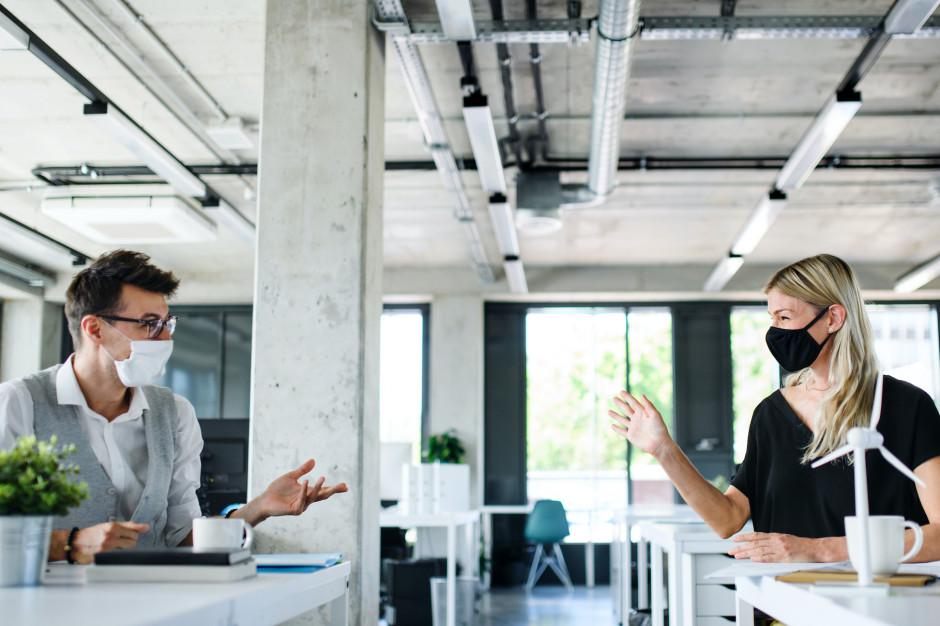 Kiedy pracownicy wrócą do biur? Według kadry zarządczej w połowie 2021 r.