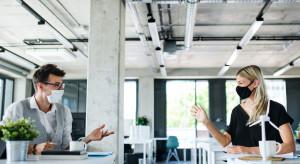Praca z biura staje się benefitem?