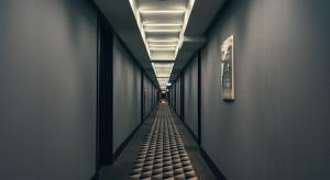 Liczba gości w hotelach i obiektach noclegowych spadła o połowę