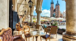 Klienci w Krakowie w lokalach gastronomicznych otwartych pomimo obostrzeń