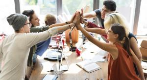 Spontaniczne kontakty, rozmowy w kuchni, żarty... Czego nam brakuje podczas pracy zdalnej?