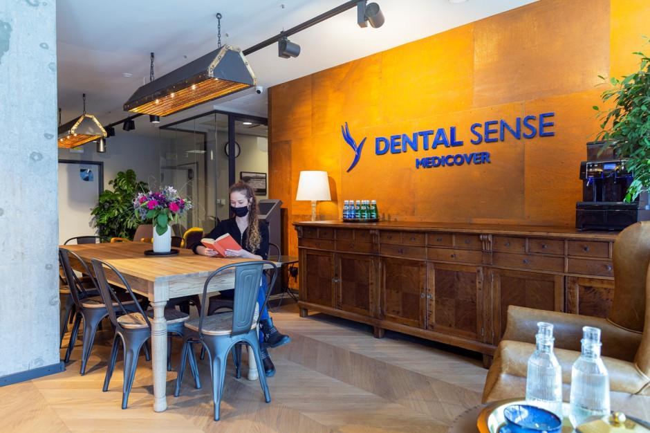 Dentyści w industrialnym otoczeniu. Dental Sense wynajmuje gabinety w Koneserze