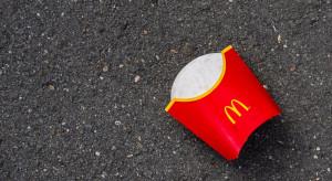 McDonald's zawija burgery w trawiasty papier