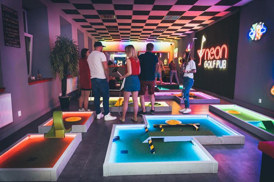 W Neon Golf Pub to idealne miejsce na wieczorne spotkanie ze znajomymi, integrację, ale też świetny pomysł na spędzenie czasu z dziećmi. Fot. UM Łódź
